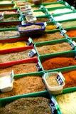 Especias coloreadas indias en el mercado de pulgas de Anjuna imagen de archivo