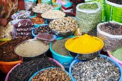 Especias coloreadas indias en el mercado local Una variedad de especias de diversos colores y de sombras, sabores y texturas en l imagen de archivo libre de regalías