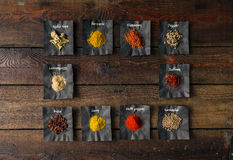 Especias coloridas en la tabla de madera Foto de archivo