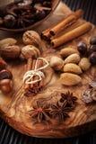 Especias de la Navidad e ingredientes de la hornada imagenes de archivo
