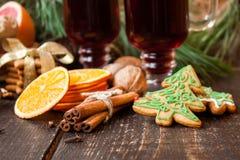 Especias de la Navidad, pan de jengibre y vino reflexionado sobre Imágenes de archivo libres de regalías