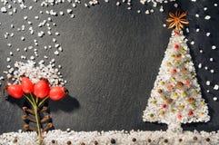 Especias de la pimienta negra, blanca y roja, del anís de estrella, de los clavos, de la pimienta inglesa y de la sal Fondo de es Fotos de archivo