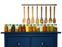 Especias de tierra clasificadas en botellas en la madera, Foto de archivo libre de regalías