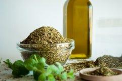 Especias del orégano y aceite de oliva imagenes de archivo