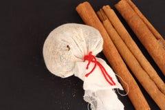 Especias del vino y palillos de cinamomo reflexionados sobre Fotografía de archivo libre de regalías