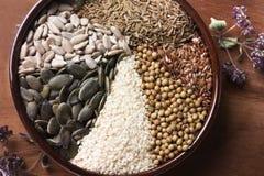 Especias e hierbas en cuenco de cerámica condimento Anuncio natural colorido Fotografía de archivo libre de regalías