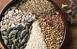 Especias e hierbas en cuenco de cerámica condimento Anuncio natural colorido Fotos de archivo