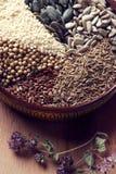 Especias e hierbas en cuenco de cerámica condimento Anuncio natural colorido Fotos de archivo libres de regalías