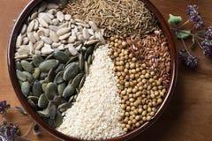 Especias e hierbas en cuenco de cerámica condimento Anuncio natural colorido Imágenes de archivo libres de regalías