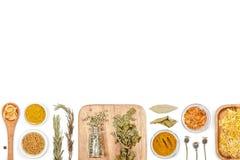Especias e hierbas en el fondo blanco Visión superior fotos de archivo
