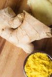 Especias e hierbas en tazones de fuente de cerámica condimento de la cúrcuma y del jengibre Fotos de archivo libres de regalías