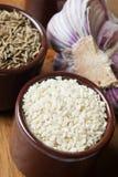 Especias e hierbas en tazones de fuente de cerámica condimento del sésamo Na colorido Imagen de archivo libre de regalías