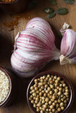 Especias e hierbas en tazones de fuente de cerámica condimento Natural colorido Foto de archivo libre de regalías