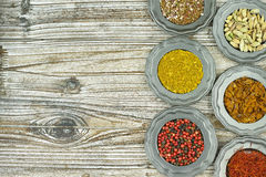 Especias e hierbas en tazones de fuente del metal Ingredientes del alimento y de la cocina Foto de archivo libre de regalías