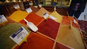 Especias e hierbas en un contador del bazar del turco de la tienda de la calle metrajes