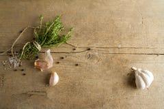 Especias (el ajo, el tomillo, ve la sal, los granos de pimienta negros) Imagen de archivo