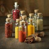 Especias en botellas imagenes de archivo