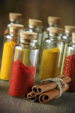 Especias en botellas imagen de archivo