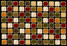 Especias en cuencos de cerámica verdes cuadrados en imagen que pone en contraste del fondo negro foto de archivo