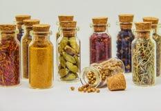 Especias en el florero de cristal imagenes de archivo