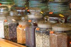 Especias en el florero de cristal Bazar de la especia La India Fotografía de archivo libre de regalías