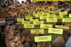 Especias en el mercado callejero Foto de archivo