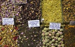 Especias en el mercado de la especia en Estambul, Turqu?a fotografía de archivo libre de regalías