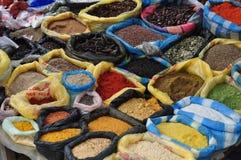 Especias en el mercado del otavalo en Ecuador Imagen de archivo libre de regalías