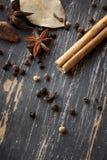 Especias en la madera resistida Foto de archivo