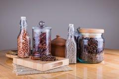 especias en las botellas de cristal en fondo de madera Foto de archivo libre de regalías