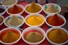Especias en mercado callejero indio Imágenes de archivo libres de regalías