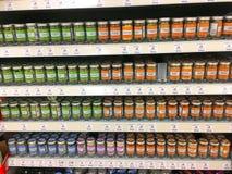 Especias en tarros en un supermercado Imágenes de archivo libres de regalías