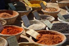 Especias en un mercado francés Foto de archivo libre de regalías