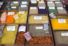 Especias en un mercado libre Imagenes de archivo