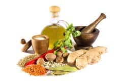 Especias, hierbas y aceite de oliva imagenes de archivo