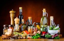 Especias, hierbas y aceite del condimento de la comida foto de archivo