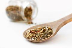 Especias mediterráneas de la ensalada en cuchara del roble Foto de archivo libre de regalías