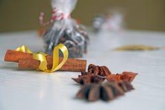 Especias para el vino, el canela, el anís de estrella y la nuez moscada moscada reflexionados sobre Imagen de archivo