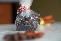 Especias para el vino, el canela, el anís de estrella y la nuez moscada moscada reflexionados sobre Fotografía de archivo libre de regalías