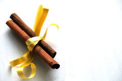 Especias para el vino reflexionado sobre, canela con la cinta amarilla Imágenes de archivo libres de regalías