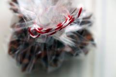 Especias para el vino reflexionado sobre, clavos en una caja de regalo Imagenes de archivo