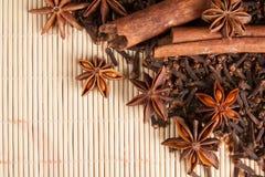 Especias para el vino reflexionado sobre en el fondo de bambú Fotografía de archivo libre de regalías