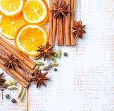 Especias para el vino reflexionado sobre en un fondo de madera blanco La Navidad, fondo del Año Nuevo Fotografía de archivo libre de regalías