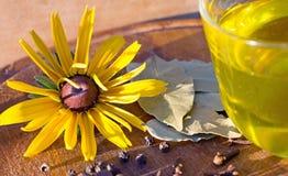 Especias, pimienta negra, pimienta inglesa, hoja de laurel, flor, amarillo, aceituna Imagenes de archivo