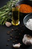Especias, romero, pimienta inglesa, ajo, aceite y sal Fotografía de archivo libre de regalías