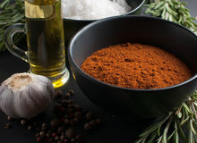 Especias, romero, pimienta inglesa, ajo, aceite y sal Imagenes de archivo
