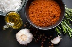 Especias, romero, pimienta inglesa, ajo, aceite y sal Foto de archivo libre de regalías