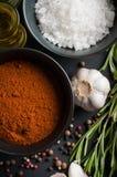 Especias, romero, pimienta inglesa, ajo, aceite y sal Imagen de archivo