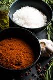 Especias, romero, pimienta inglesa, ajo, aceite y sal Imagen de archivo libre de regalías