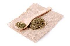 Especias secadas de las hierbas en una servilleta de lino en una cuchara de madera Imagen de archivo libre de regalías